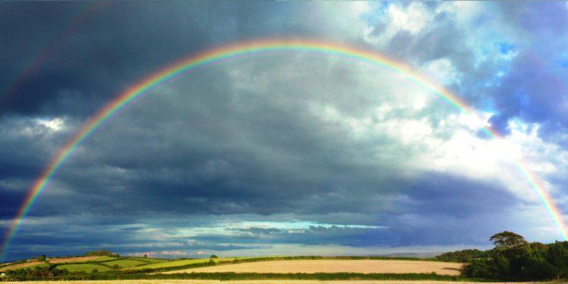 Was ist Mitte? Auch eine Zusammenkunft aus vermeintlich gutem und schlechtem Wetter, in Form des Regenbogens.